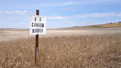 What is the name of one state that borders Canada?
